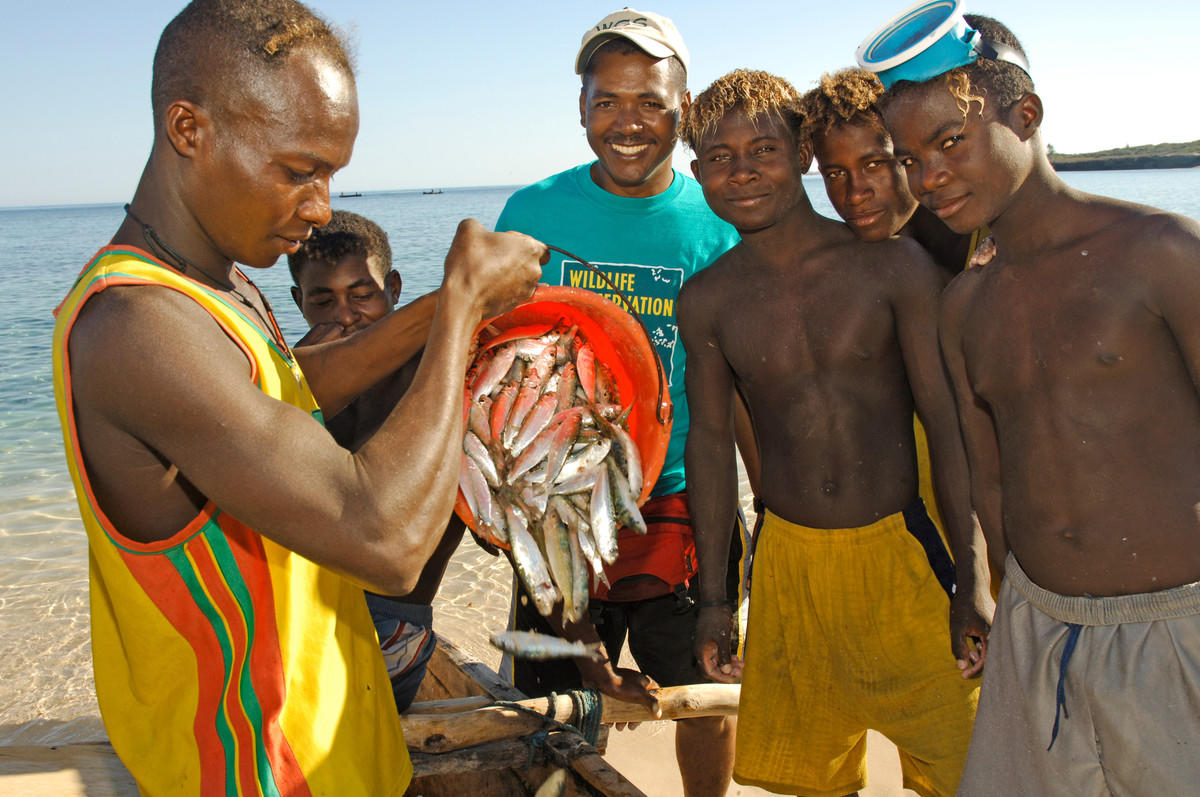 E5w5934yg julie larsen maher 1857 bemahafaly randriamanantsoa and fishermen with catch andavadoaka mdg 06 15 05 hr